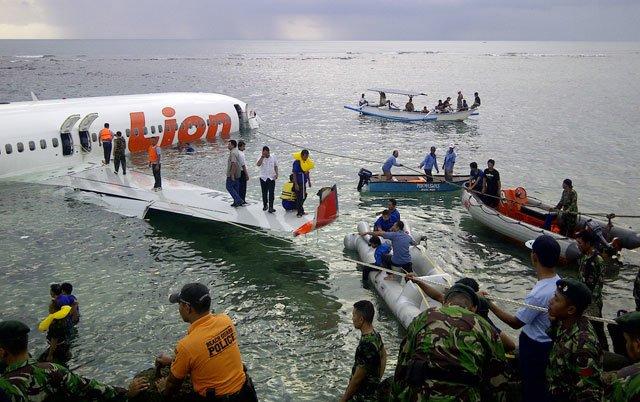 Самолет раскололся на две части, упав в море при посадке на Бали, фото-1