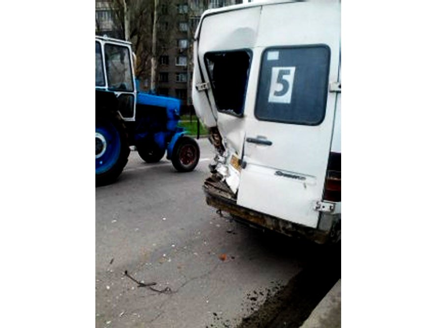 В Запорожье микроавтобус протаранил маршрутку (ФОТО), фото-2