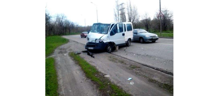 В Запорожье микроавтобус протаранил маршрутку (ФОТО), фото-1