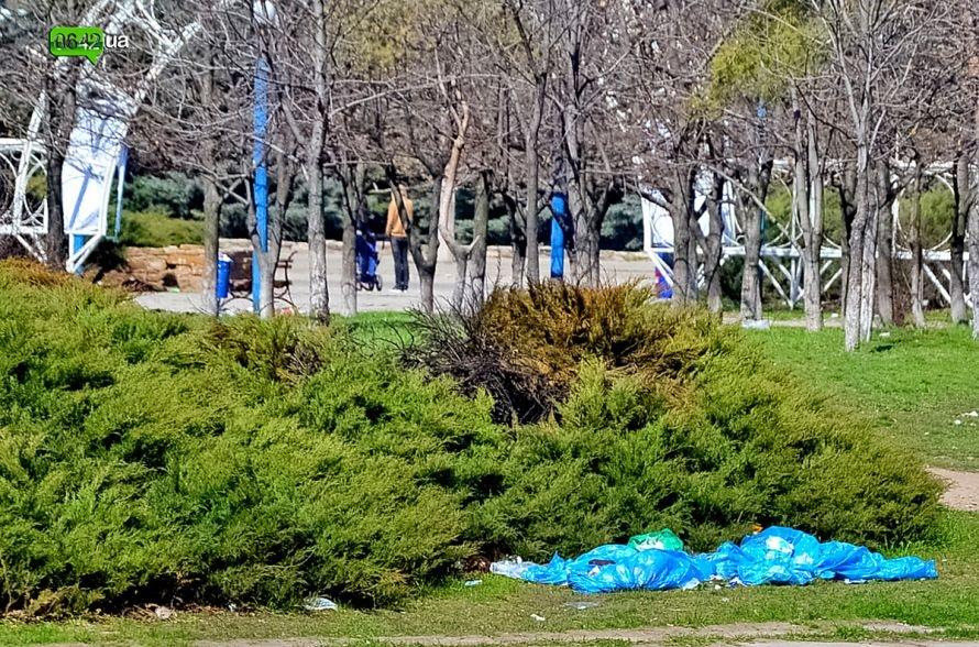 Луганчане помогают коммунальным службам загрязнять парк «Дружба» (ФОТО), фото-11