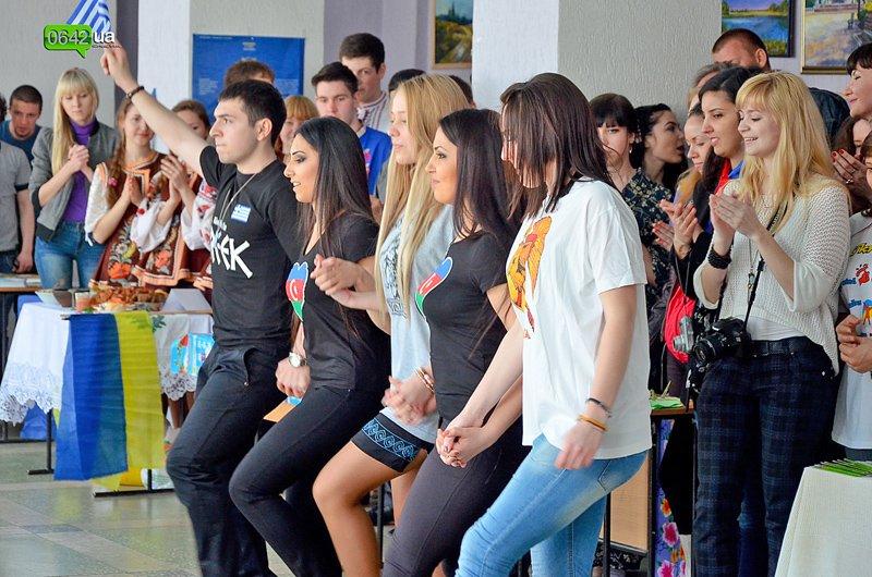 Студенты Луганского университета пели, плясали и угощали гостей национальными блюдами (ФОТО), фото-2