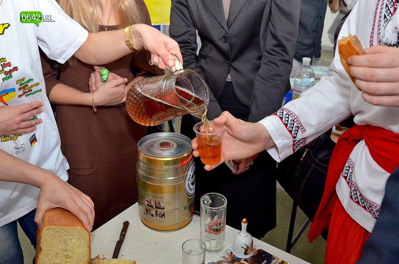 Студенты Луганского университета пели, плясали и угощали гостей национальными блюдами (ФОТО), фото-7