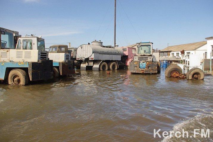 В Керчи затопило завод - поплыли грузовики (ФОТО), фото-1