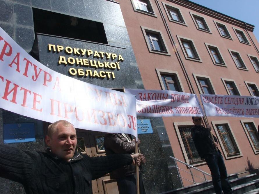В Донецке на ступеньках облпрокуратуры «казнили» чучело милиционера (фото, видео), фото-2
