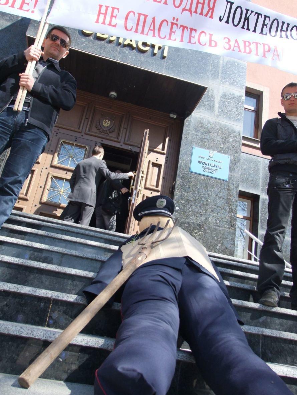 В Донецке на ступеньках облпрокуратуры «казнили» чучело милиционера (фото, видео), фото-1