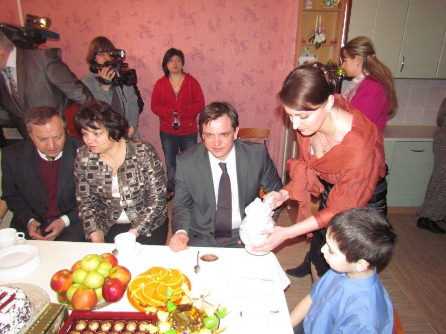 В Мариуполе детский дом семейного типа получил квартиру в новостройке (ФОТО), фото-9