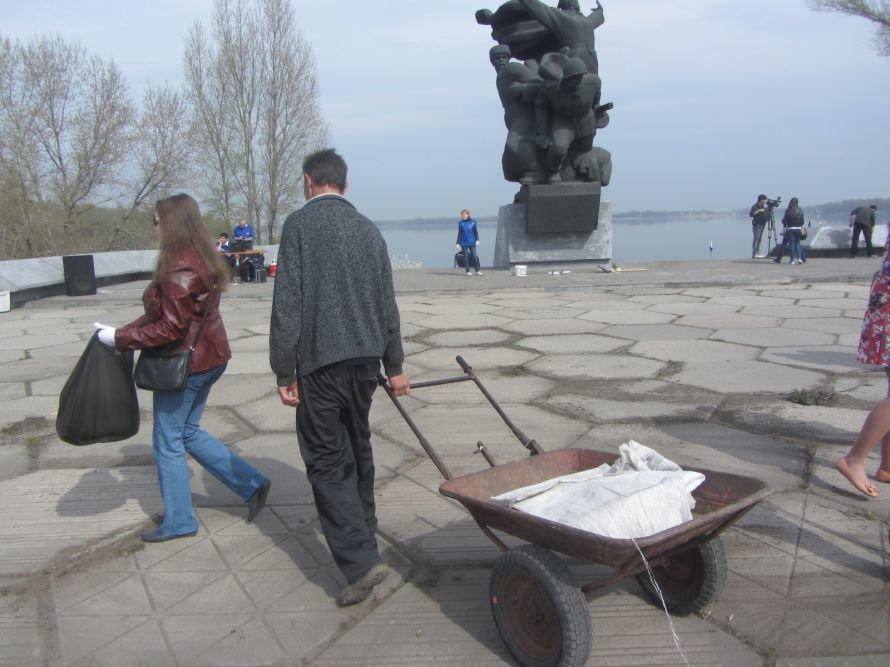 На ж/м Красный Камень Вилкул и простые горожане убирали мусор, а спасатели доставали битое стекло с днепровского дна (ФОТОРЕПОРТАЖ), фото-3