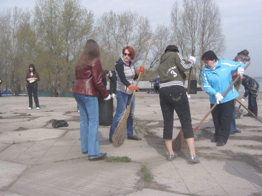 На ж/м Красный Камень Вилкул и простые горожане убирали мусор, а спасатели доставали битое стекло с днепровского дна (ФОТОРЕПОРТАЖ), фото-1