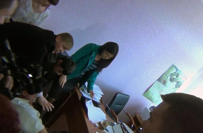 УБЭПовцы, выламывавшие руки сотруднику роддома в Симферополе, сами ходят снимать побои, фото-1