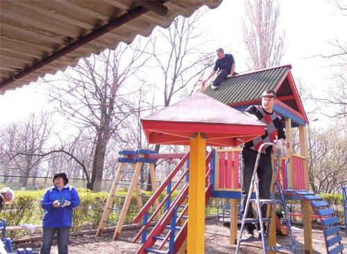 В рамках Всеукраинского субботника милиционеры отремонтировали детскую площадку, фото-1