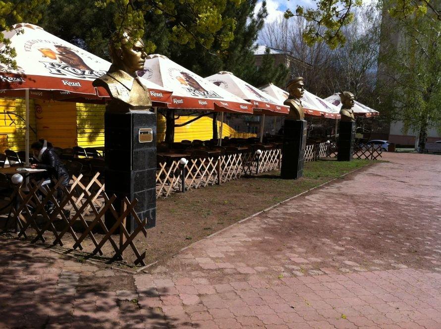 В Луганске за «спинами» молодогвардейцев поставили пивнушку (ФОТО), фото-1