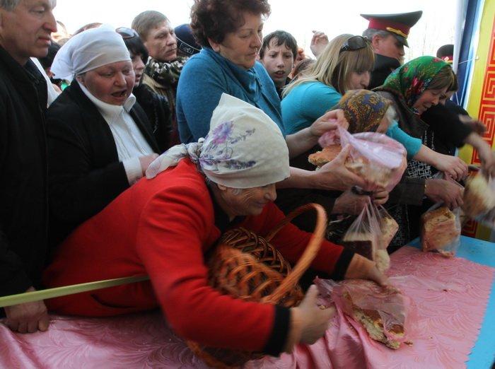 Как в Донецкой области испекли самый большой в Украине пасхальный кулич (фотохроника прошлых лет), фото-3