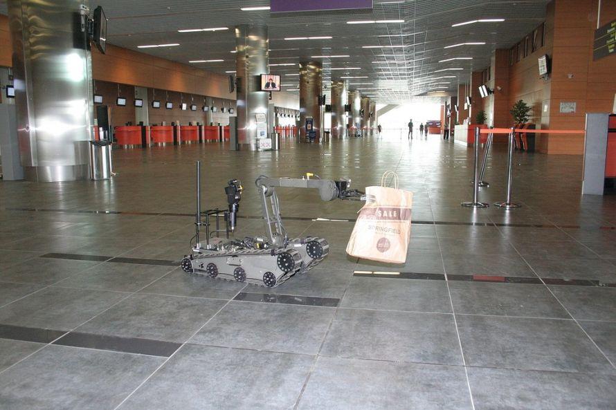 В донецком аэропорту робот обезвредил «взрывное устройство» (фото), фото-3