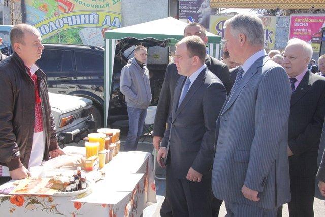 На ярмарке в Днепропетровске губернатор дегустировал сало и купил йогурт (ФОТО), фото-2