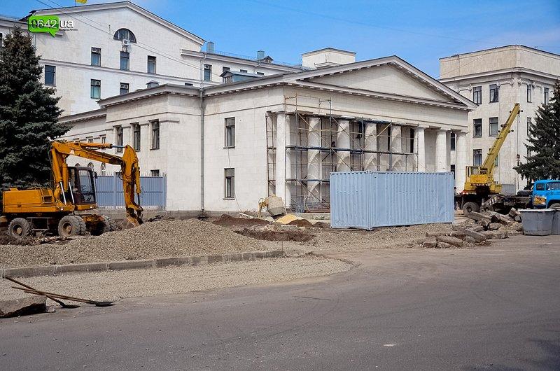 В Луганске ремонтируют здание облгосадминистрации, а фонтан напротив благополучно разрушается (ФОТО), фото-2
