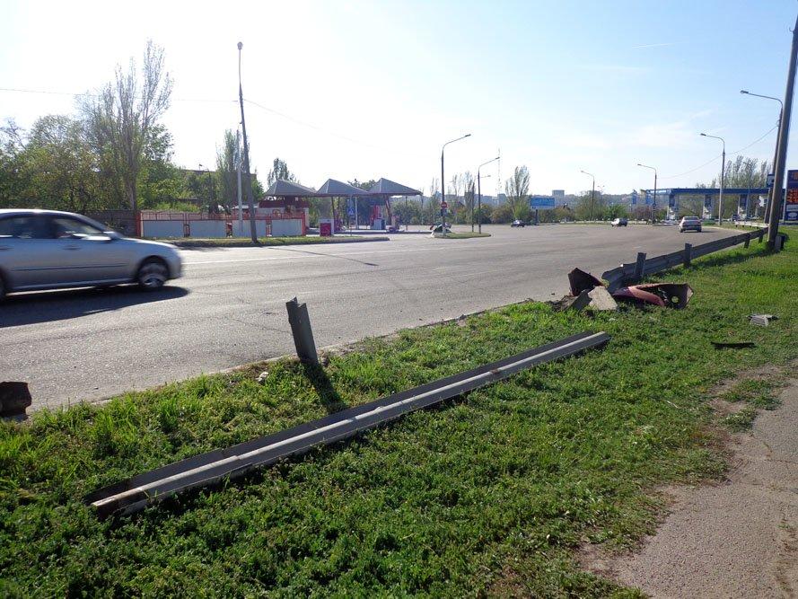 ФОТОРЕПОРТАЖ: В Запорожье «Рено» снес дорожное ограждение, фото-1