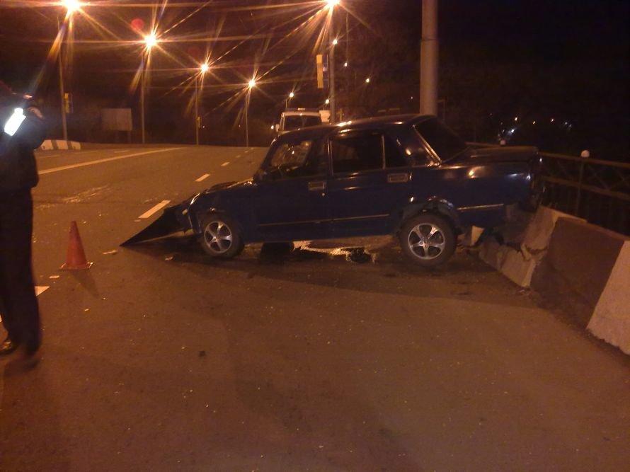 В Донецке «Жигули» вылетели с путепровода - водитель оставил пассажирку в беспомощном состоянии (фото), фото-1
