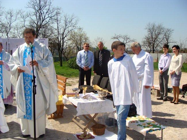 В Мариуполе католики помолились и причастились на фундаменте строящегося костела (ФОТО), фото-2