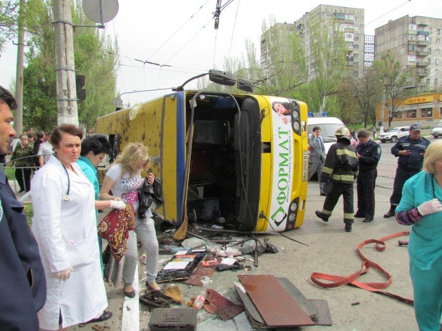 Страшная авария в центре Мариуполя! Перевернулась маршрутка. Пострадали 25 человек (ФОТО), фото-1