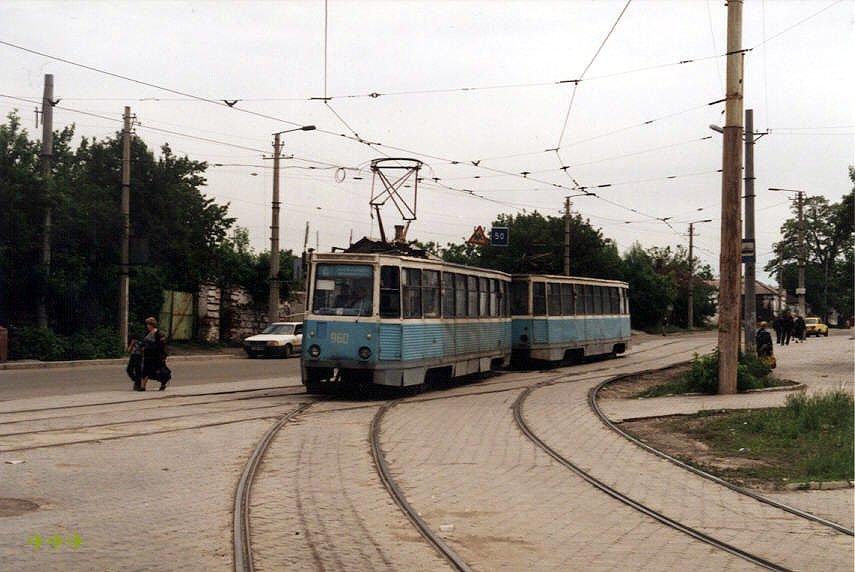Поезд 960 961 (вагоны 1981 г.) на 6-м маршруте при повороте с бульв. Шевченко на улицу Артема. Фото: Карел Хорн, 24.5.1998.