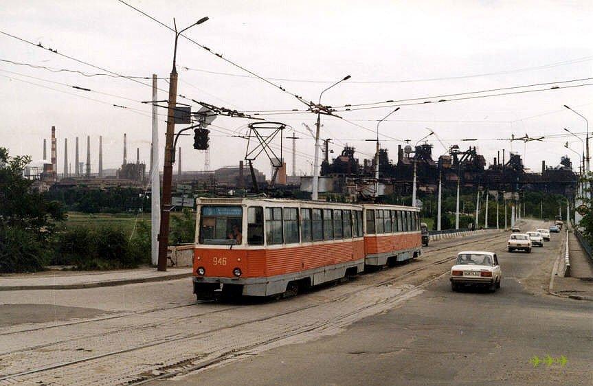 Поезд 946 947 (вагоны 1980 г.) на 5-м маршруте на бульваре Шевченко на фоне труб Азовстали. Фото: Карел Хорн, 24.5.1998.