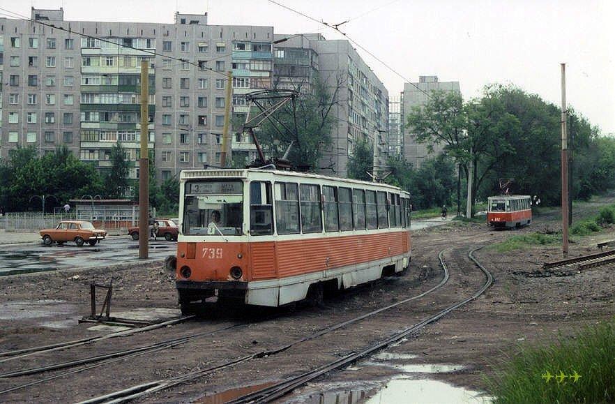 Поезд КТМ-5 во главе с вагоном 739 (1981 г.) на 3-м маршруте на бульваре Шевченко. Вагоны КТМ-5 701-798 – из трамвайного депо №1 в центре города. Фото: Люк Куно, 18.6.1992