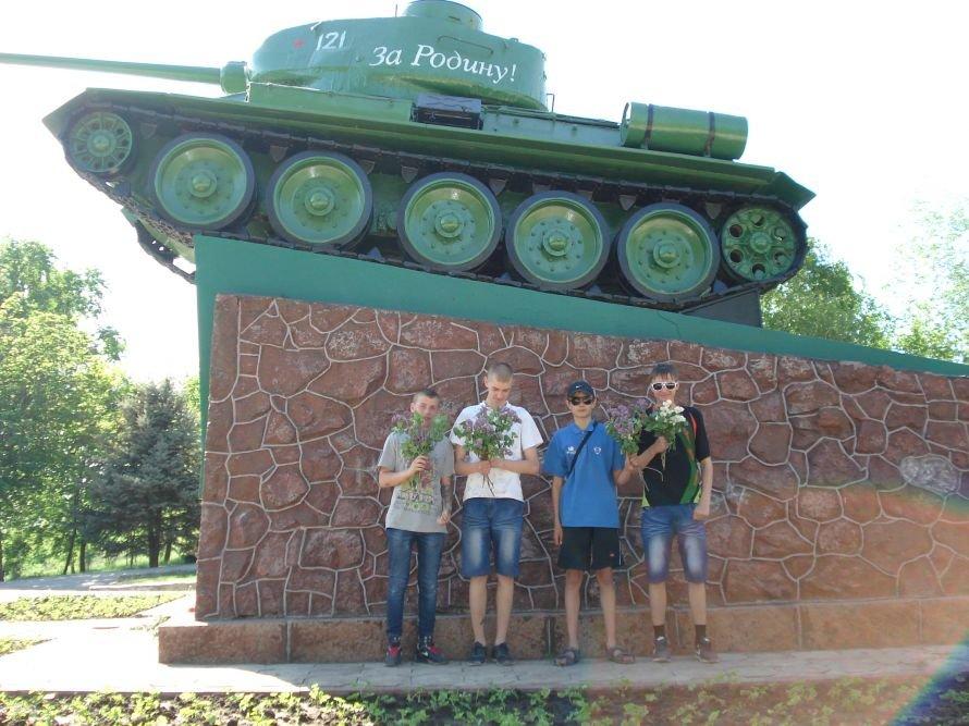 В Мариуполе трудные подростки возложили цветы к памятнику танкистам (Фотофакт), фото-1