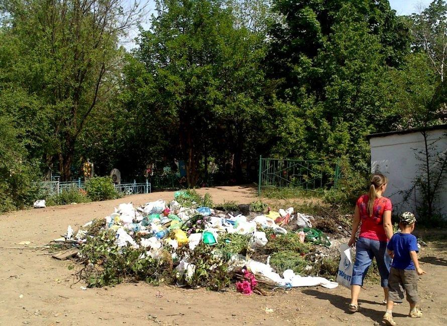 13 мая в Кривом Роге: милиция отстреливалась от хулиганов, с кладбищ «вывезли» мусор, а судью и депутата «посадили» за взятки, фото-1