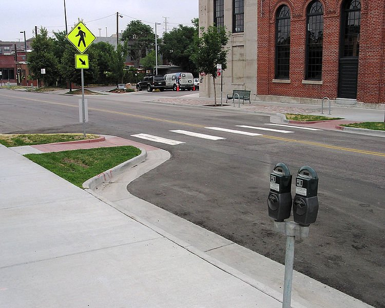 750px-Curb_extensions_at_midblock_crosswalk
