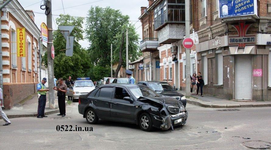 В Кировограде произошло ДТП, один из автомобилей чуть не сбил девочку (ФОТО) (фото) - фото 3