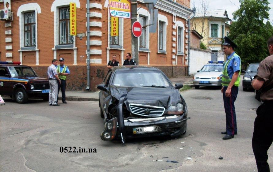 В Кировограде произошло ДТП, один из автомобилей чуть не сбил девочку (ФОТО) (фото) - фото 2
