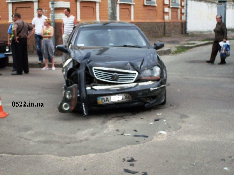 В Кировограде произошло ДТП, один из автомобилей чуть не сбил девочку (ФОТО) (фото) - фото 4