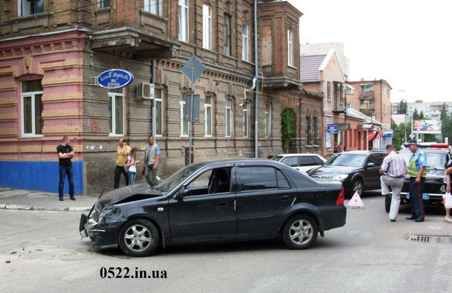 В Кировограде произошло ДТП, один из автомобилей чуть не сбил девочку (ФОТО) (фото) - фото 1