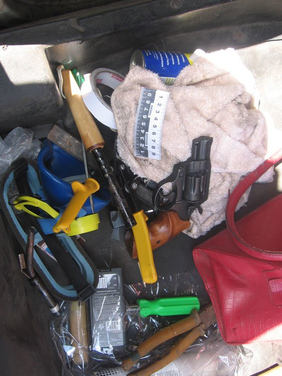 Дикий, дикий Восток – в Донецкой области грабитель с револьвером ограбил магазин, а шериф Курахово преследовал его на автомобиле (фото) - фото 2