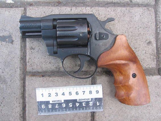 Дикий, дикий Восток – в Донецкой области грабитель с револьвером ограбил магазин, а шериф Курахово преследовал его на автомобиле (фото) - фото 1