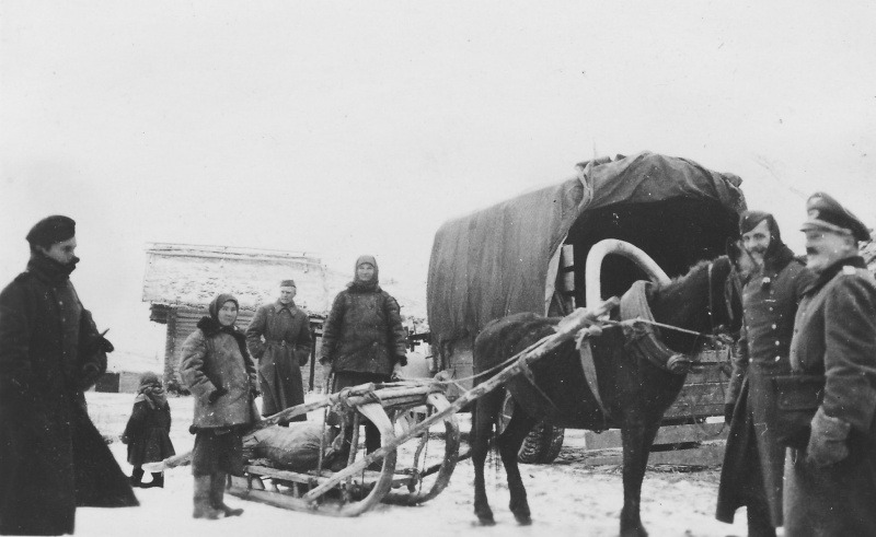 Жтели оккуп.деревни сдают продовольствие немцам
