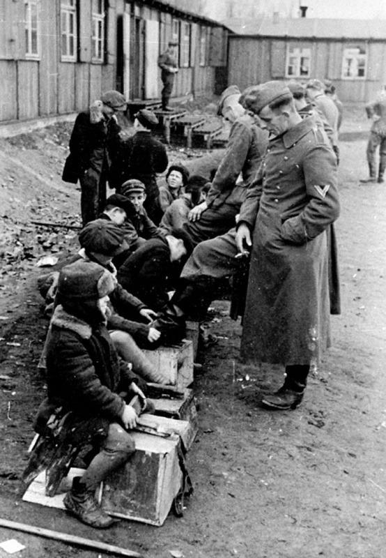 Сов.дети чистят сапоги нем.солдатам