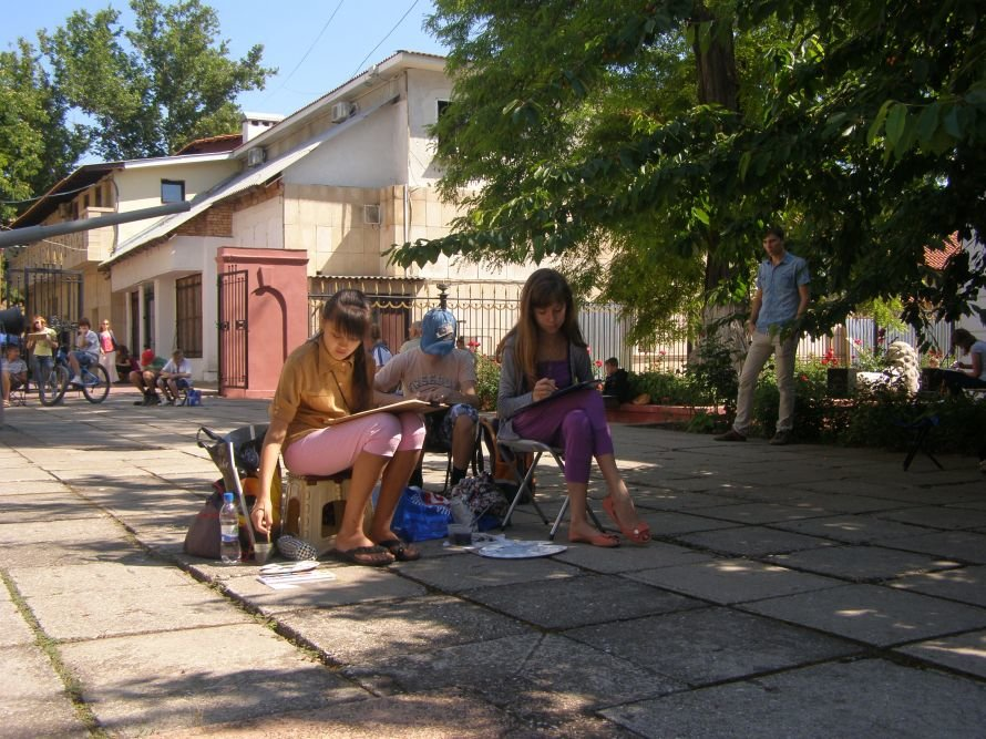 юные художники во дворе музея 2