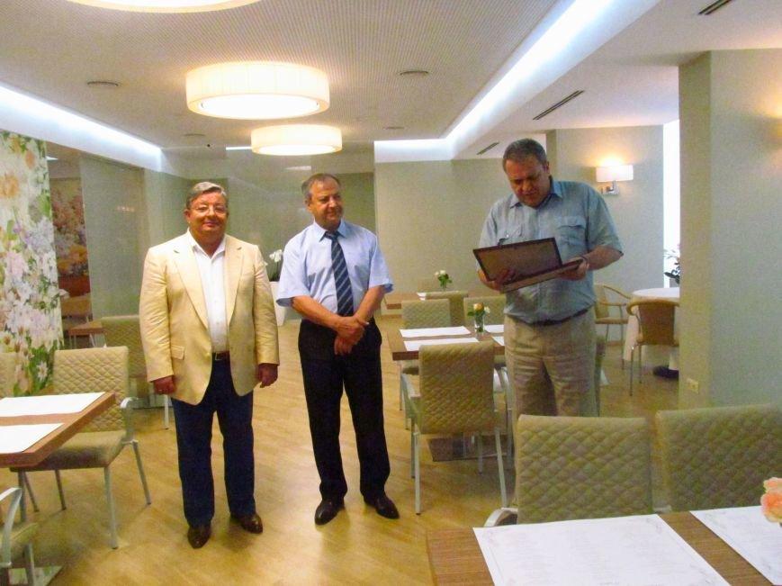 В Мариуполе открылось элитное кафе, которое не имеет права кормить людей (ФОТО), фото-1