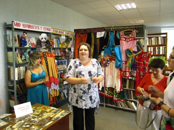 Библиотека и выставка одежды