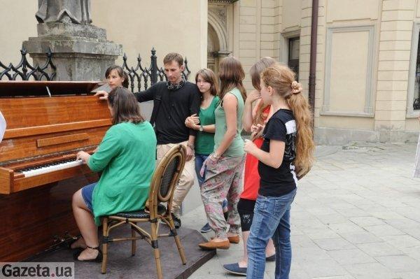 vo_lvove_ulichnoe_pianino_sobiraet_sotni_turistov_i_besprizornyh