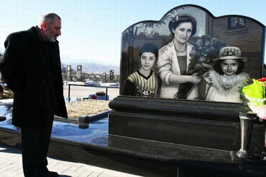 Виталий Калоев у могилы жены и детей, погибших над Боденским озером 2 июля 2002 года