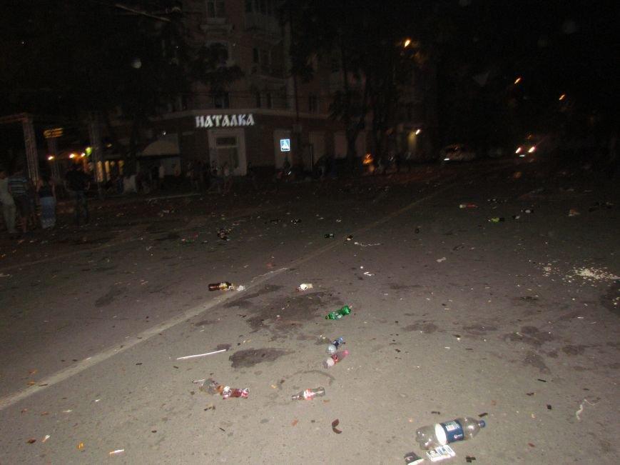 Мариупольцы оставили горы разбитых бутылок на Театральной площади (Фотофакт), фото-2