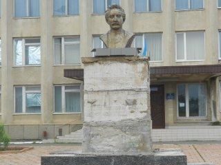 Пошкоджений пам'ятник Іванові Франку в Іванівці