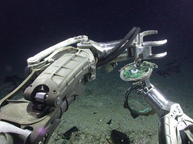 Робот доставал слитки манипуляторами, управляемыми дитанционно