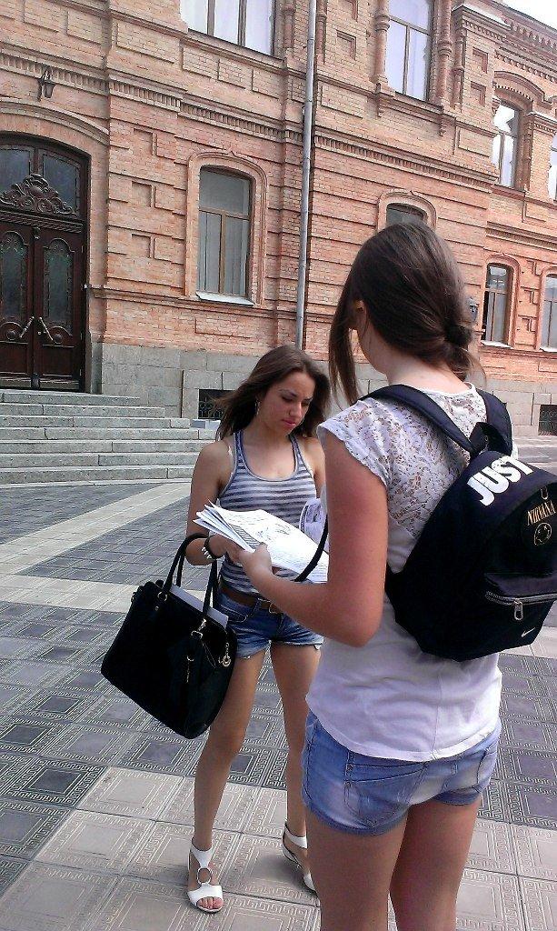 Кіровоградські активісти кампанії на захист ЗНО попереджають вступників про загрози, які можуть чекати на них під час навчання. Фото (фото) - фото 1