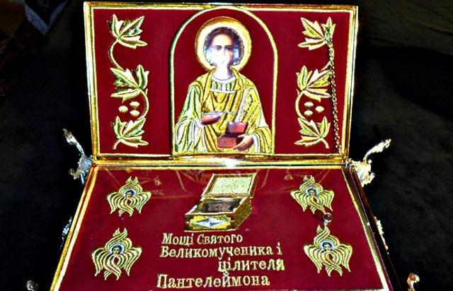 киот с мощами Пантелиимона Целителя