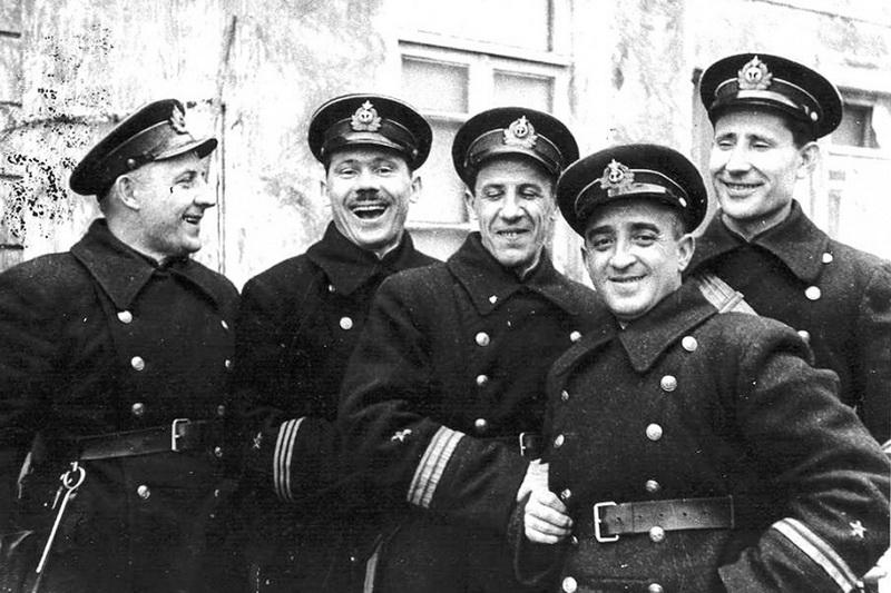 1942 фотокорр газеты Красный Черноморец А. Соколенко (второй справа) фото Б. Шейнина