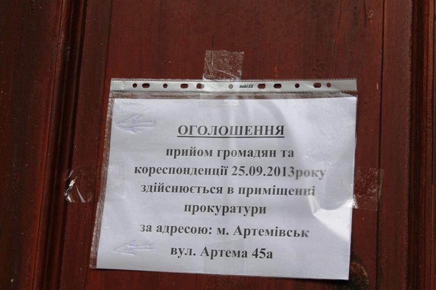 Артемовскую прокуратуру штурмуют вооруженные люди с автоматами. Вход заблокировали, фото-1