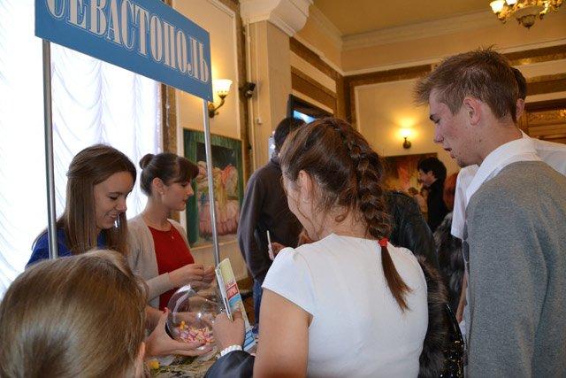 В Севастополе День туризма отметили с шоколадным фонтаном, мороженым из СССР и «угадайкой» [фото] (фото) - фото 5
